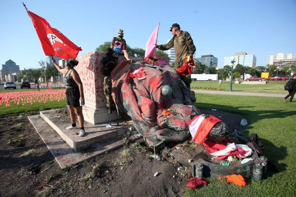 El pasado 2 de julio, día de Canadá, se originaron numerosas protestas entre los pueblos indígenas llegando a derribar las estatuas de la Reina Victoria y la Reina Isabel II en la ciudad canadiense de Winnipeg.