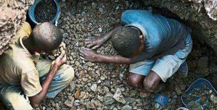 Un grupo de niños trabaja en una mina a cielo abierto en Lubumbashi (República Democrática del Congo) Per-Anders Pettersson / Getty.