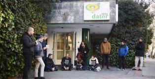 Grupo de personas de colectivos ultracatólicos impiden el paso a las mujeres que va a abortar a la clínica Dator de Madrid.